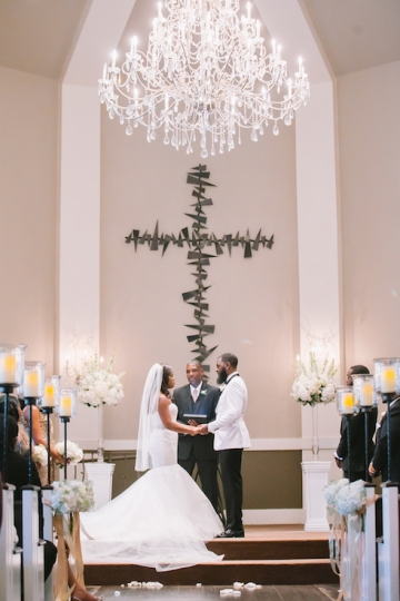 white-and-champagne-sparkle-wedding-at-piazza-in-the-village-12