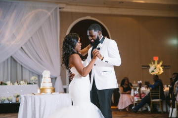 white-and-champagne-sparkle-wedding-at-piazza-in-the-village-23